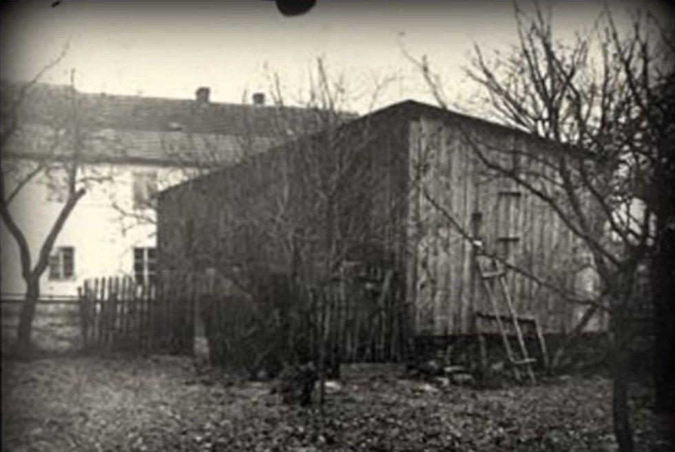 Dřevěná kůlna na dvoře domu skrývala sud plný vyvařených lidských kostí
