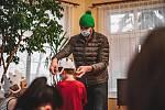 Ondřej Synek a Marek Ztracený v roli doručovatelů dárků