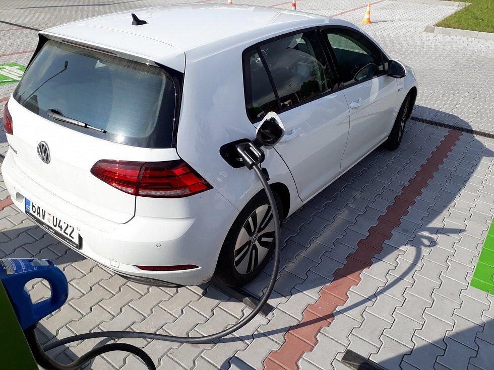 Elektromobil Volkswagen e-Golf, dobíjecí stanice ve Vestci