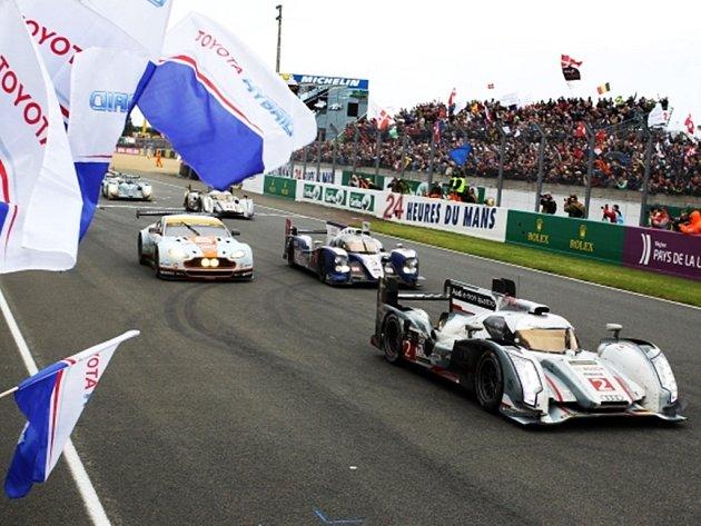Tom Kristensen z Dánska slaví na slavném 24 hdoinovém závodu v Le Mans další triumf.