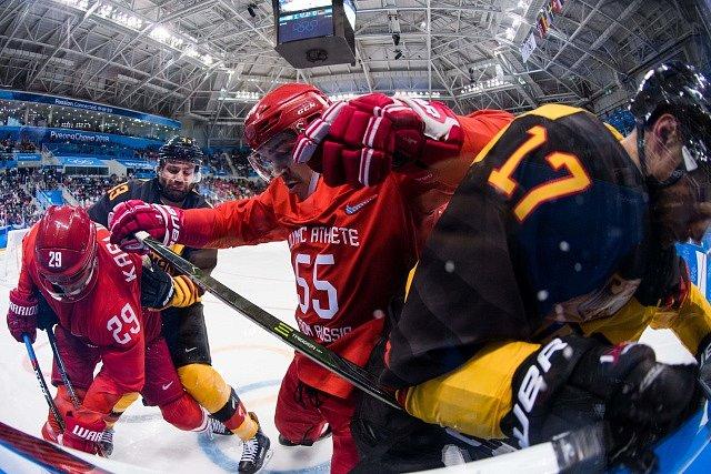 Hokejisté Německa (ve žlutém) proti Rusku ve finále olympijských her v Pchjongčchangu.