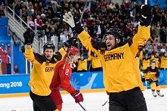 Hokejisté Německa se radují z gólu proti Rusku ve finále olympijského turnaje v Pchjongčchangu.