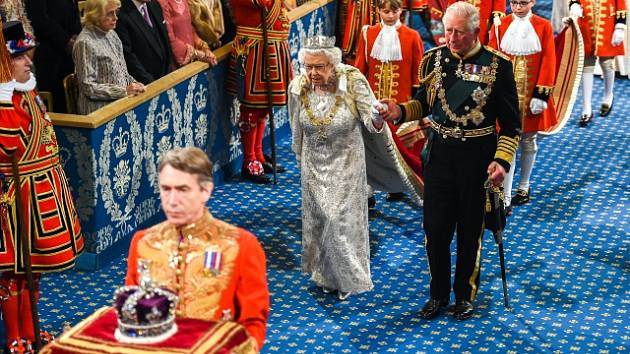 Britská královna si na zasedání parlamentu nevzala na hlavu tradiční velkou korunu, ta byla nesena na podušce před ní. Vyvolalo to dohady o královnině zdravotním stavu