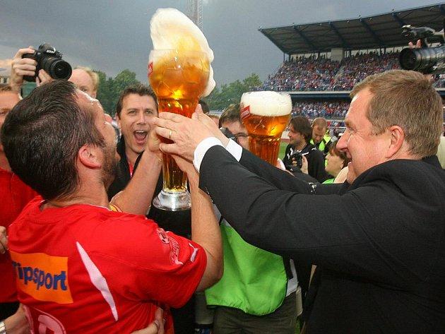 Pavel Horváth (vlevo) a trenér Pavel Vrba slaví mistrovský titul.