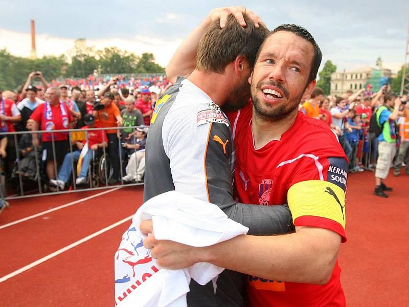 Pavel Horváth (vpravo) se raduje z mistrovského titulu s Plzní.