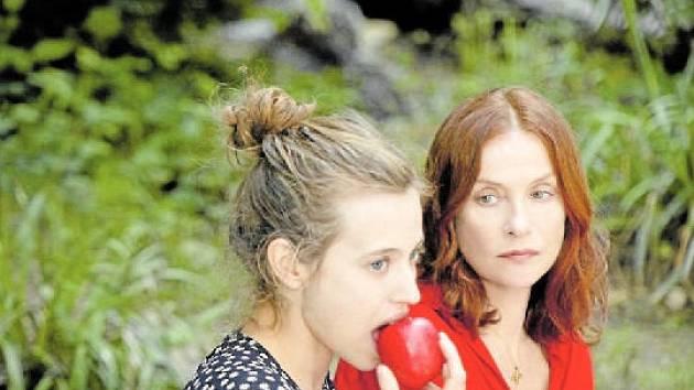 Bílá jako padlý sníh. Isabelle Huppert (vpravo) žárlí na filmovou snachu (Lou de Laâge)
