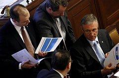 Premiér Mirek Topolánek ukazuje ministrům Nečasovi, Římanovi a Langerovi Národní protikrizový plán