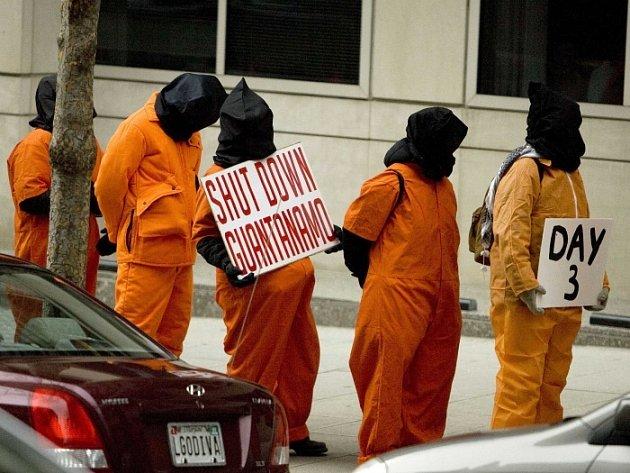Řetěz demonstrantů proti věznici Guantanamo ve Washingtonu.