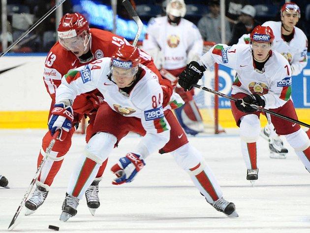 Bělorus Michail Grabovskij ujíždí Mortenu Greenovi.
