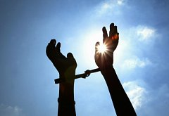 Spoutané ruce. Ilustrační foto.