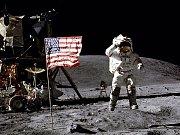 John Young na povrchu Měsíce v roce 1972