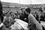 Prezident John F. Kennedy s manželkou Jacqueline zdraví členy Brigády 2506, rok 1962