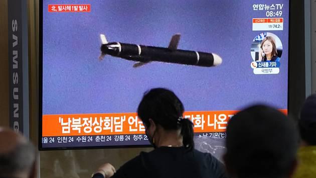 Lidé na vlakovém nádraží v Soulu sledují na obrazovce odpálenou severokorejskou balistickou raketu krátkého doletu, 28. září 2021