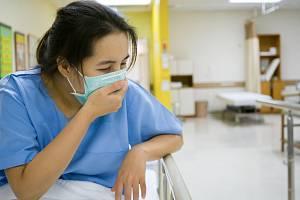 Podle nových zjištění vědců dokáže obyčejné nachlazení z těla vyhnat zákeřný koronavirus.