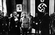 Nová mocenská elita Ústí nad Labem už měla v březnu 1938 město pevně v rukou. Na snímku vládní prezident Hans Krebs (hovoří, oblečen v kabátě s bílými klopami) ve své úřadovně v dnešní pedagogické fakultě v městské čtvrti Klíše.