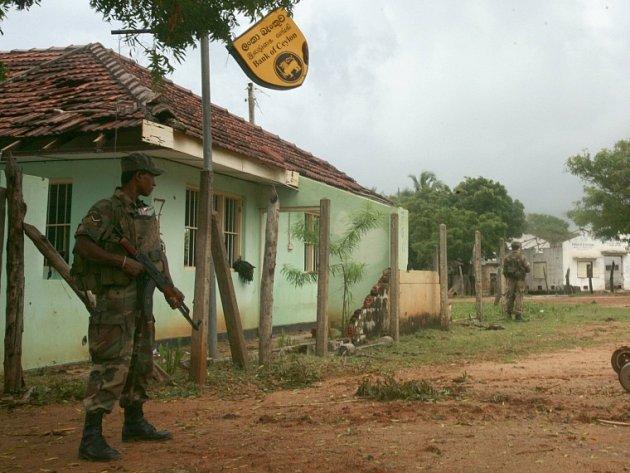 Srílanský voják na hlídce ve městě Mullaitvu, ještě nedávno ovládaném tamilskými povstalci.