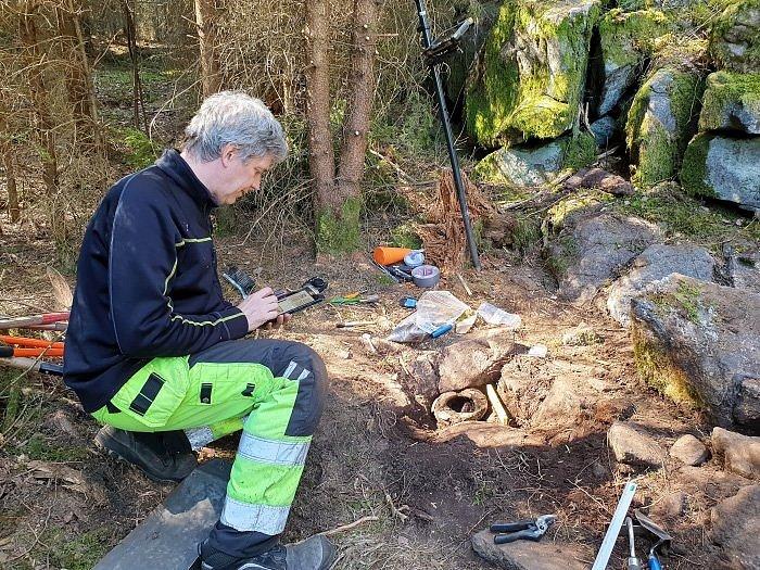 Archeolog Mats Hellgren dokumentuje nález