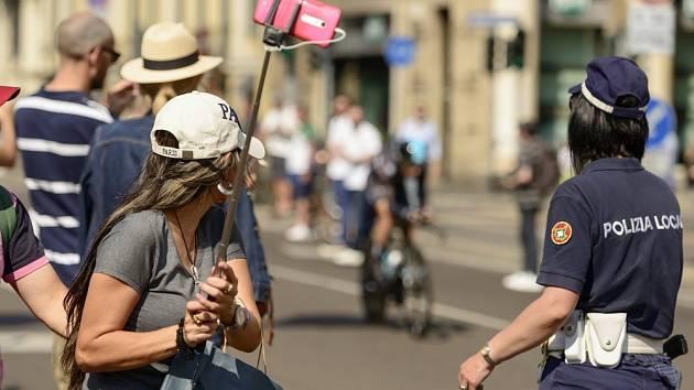 S focení na selfie tyči můžete mít teď na některých místech v Miláně problémy.