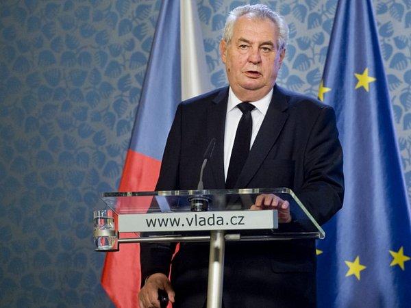 Předsednictvo Bezpečnostní rady státu se dnes podle prezidenta Miloše Zemana shodlo na nutnosti posílit ostrahu vnějších hranic Evropské unie. Členové bezpečnostní rady slíbili, že tento postoj budou prosazovat na jednáních vEU.