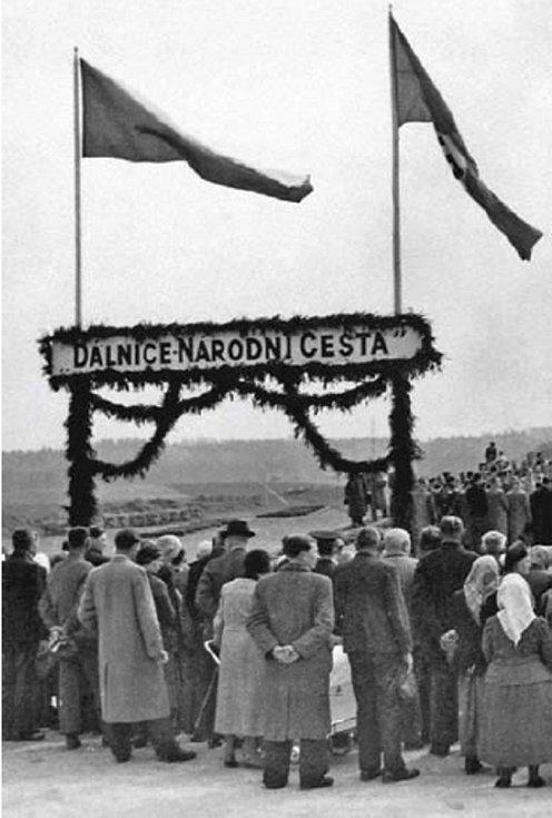 """Dne 2. května 1939 se řidiči dočkali. Stavba české dálnice byla zahájena. Nápis """"Dálnice - národní cesta"""" vyjadřuje vědomí hospodářské a technické síly českého národa i při ztrátě samostatnosti"""