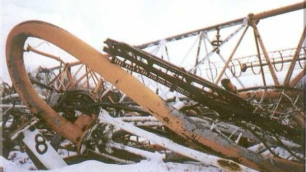 Velikán na zemi. Takhle po zřícení vypadal Varšavský rozhlasový stožár, kdysi nejvyšší konstrukce světa. Spadl v srpnu 1991, snímek byl pořízen v lednu 1992.