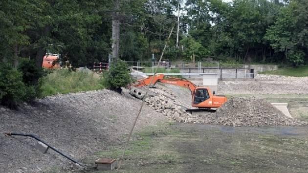 Říčanskému rybníku Marvánek (na snímku z 22. června 2016) se počátkem června propadla část hráze kvůli skryté vadě. Oprava potrvá několik týdnů a další týdny napouštění rybníka.