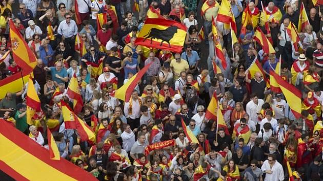Manifestace Španělů volajících po respektování ústavy a zachování jednoty Španělska