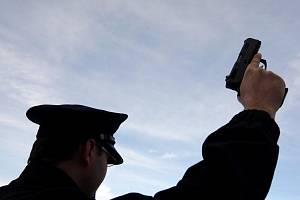 Italská policie zatkla desítku údajných členů neapolské mafie camorry, včetně jejího šéfa, který byl na útěku.