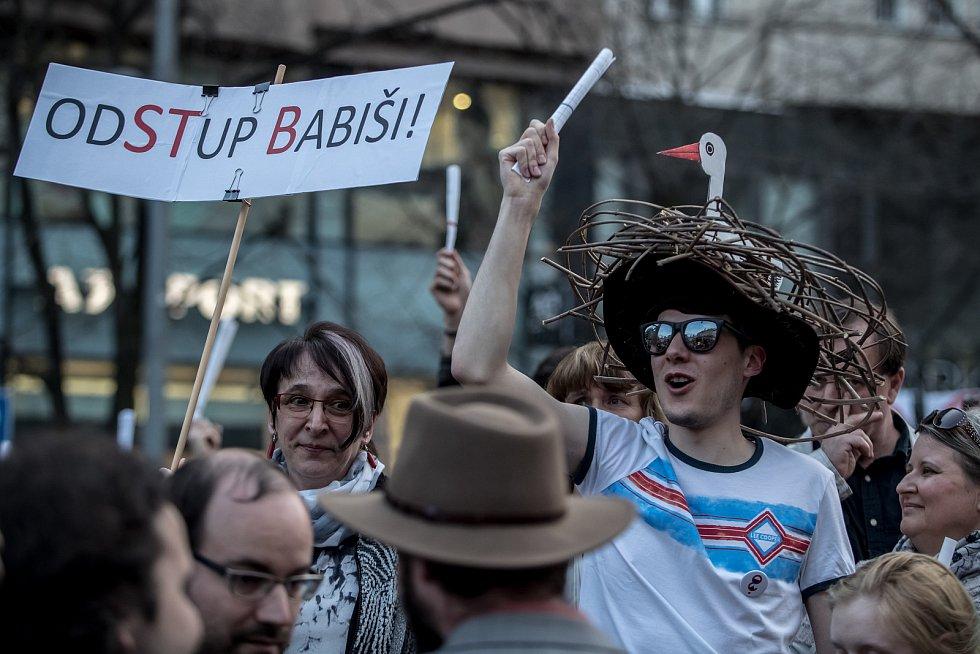 Tisíce lidí protestovaly 9. dubna na pražském Václavském náměstí proti premiérovi Andreji Babišovi.