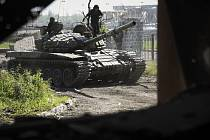 Proruští separatisté na tanku u doněckého letiště. Ilustrační snímek