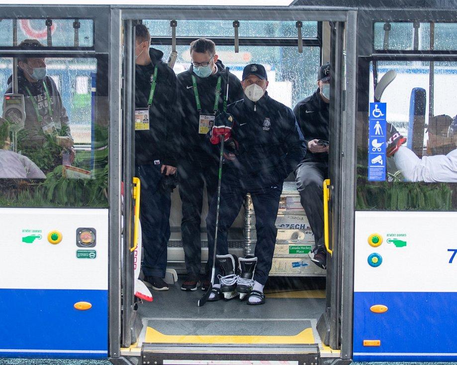 Martin Straka a spol. čekají na odjezd autobusu na trénink.