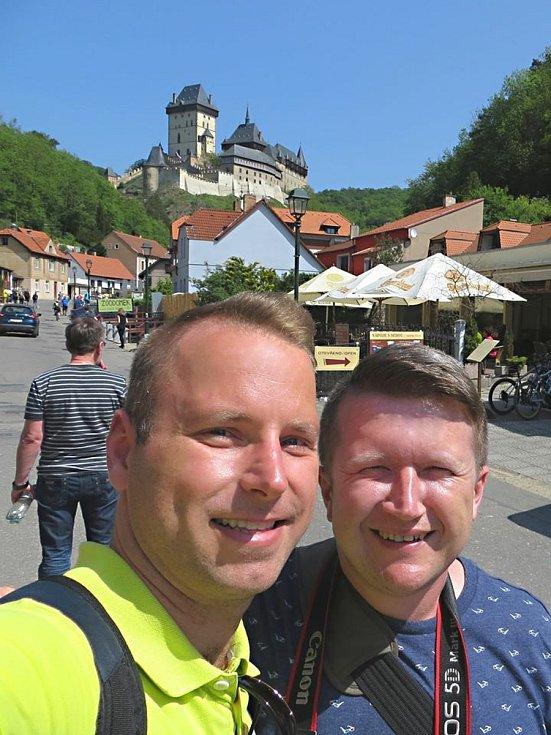 Registrovaný manželský pár Robert Zauer (40 let) a Tomáš Kavalec (38 let) z Teplic, selfíčka z cestování po světě. Z výletu na Karlštejn v Čechách.