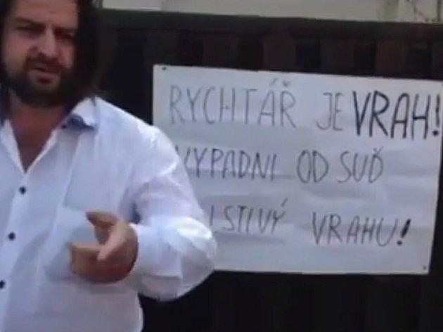 Macura vylepil na dveře domu plakát, ve kterém obvinil Rychtáře z toho, že je vrah a viník smrti Bartošové.