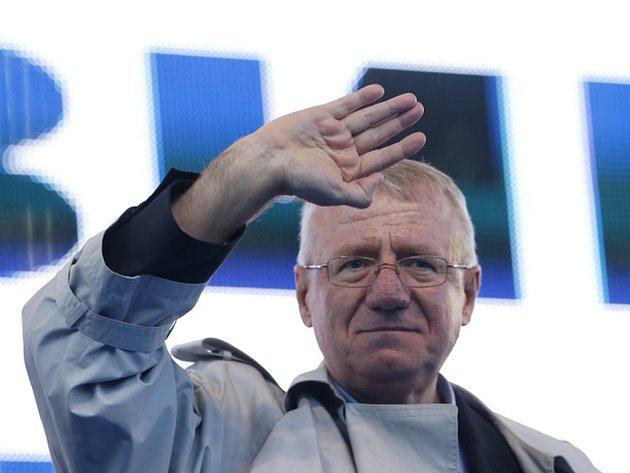 Soudci Mezinárodního tribunálu pro bývalou Jugoslávii si předvolali zpět do Haagu srbského nacionalistu Vojislava Šešelje, kterého loni pustili dočasně do Srbska kvůli smrtelné nemoci.
