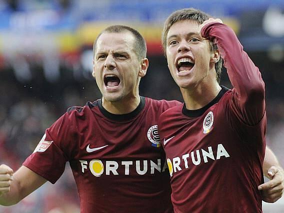 Václav Kadlec (vpravo) oslavuje vítěznou trefu do sítě Slovácka se sparťanským spoluhráčem Markem Matějovským.