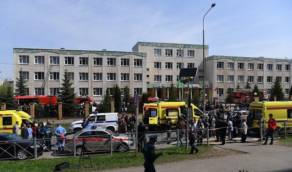 Bezpečnostní a záchranné složky před školou v Kazani.