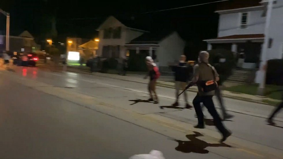Střelbě předcházel Rittenhousův útěk dolů po ulici, kdy ho pronásledovalo víc mužů v davu