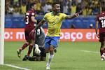 Fotbalista Brazílie Gabriel Jesus (uprostřed) se raduje z gólu, který následně nebyl uznán.