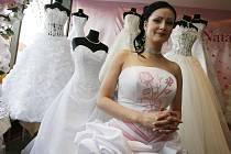 Svatební šaty podléhají trendům