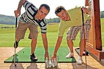 Tomáš Rolinek a Jan Marek při golfu.