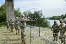 Američtí vojáci natahují na mexických hranicích ostnatý drát