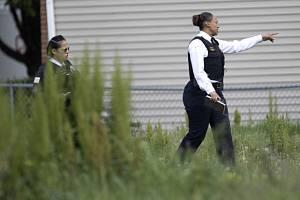 Americká policie prohledává místo činu.