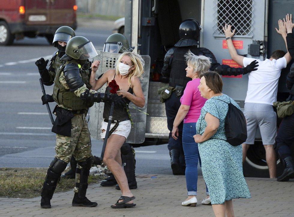 Běloruští policisté zatýkají opoziční demonstranty v Minsku.