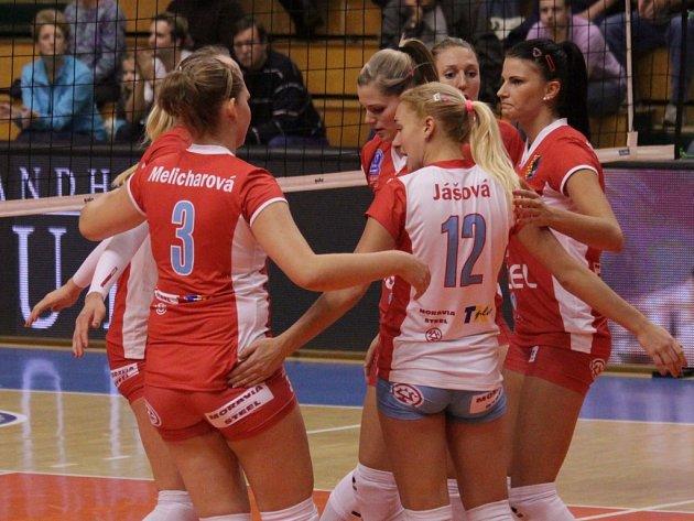 Volejbalistky Prostějova se radují z vyhraného setu.