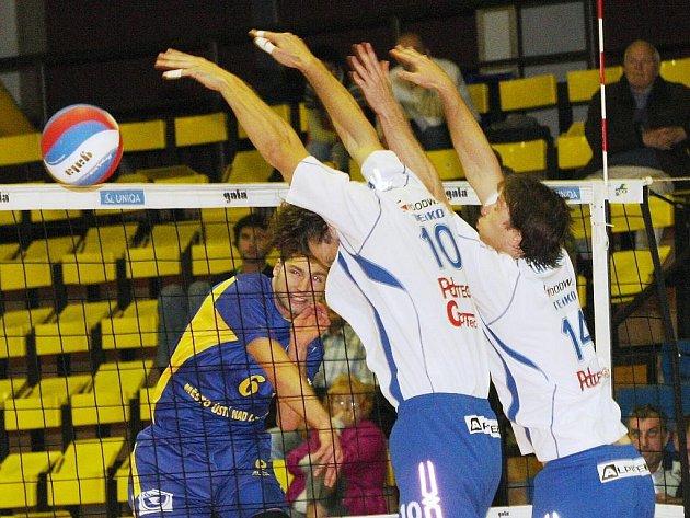 Volejbalisté Ústí (v modrém) v zápase se Zlínem.