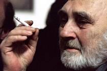 Ve věku 84 let zemřel 16. listopadu ráno jeden z nejvýznamnějších českých básníků, historik a překladatel Zbyněk Hejda (na snímku z 20. října 2004).