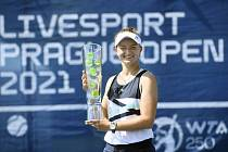 Barbora Krejčíková s trofejí pro vítězku Prague Open 2021.