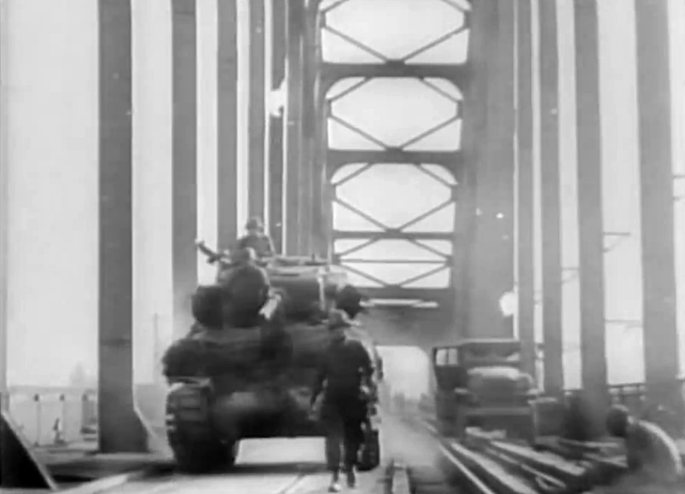Americký tank vjíždí na most u Remagenu poté, co jej dobyly americké jednotky