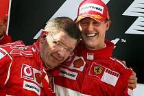 Vítězné duo od Ferrari se znovu sejde u Mercedesu. Vlevo Ross Brawn, vpravo Michael Schumacher.