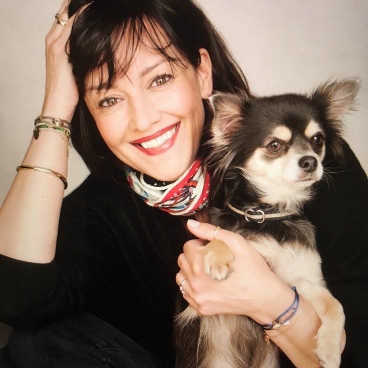 Tereza Brodská se svým psem, křížencem čivavy Konrádem